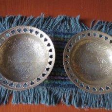 Antigüedades: PAREJA DE CENTROS DE MESA EN LATON / BRONCE DE 18CM DE DIAMETRO.. Lote 49000120