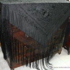 Antigüedades: ANTIGUO MANTON DE MANILA. BORDADO A DOBLE CARA, MUY TUPIDO. COLOR NEGRO. (2,60 M). Lote 49031216