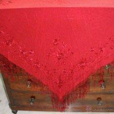 Antigüedades: ANTIGUO MANTON DE MANILA ROJO. BORDADO A DOBLE CARA.. Lote 49031576