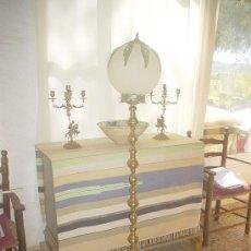 Antigüedades: LÁMPARA DE PIE DE BRONCE Y TULIPA DE CRISTAL. Lote 49032270