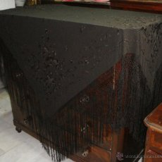 Antigüedades: ANTIGUO MANTO DE MANILA NEGRO. BORDADO A DOBLE CARA. CON MOTIVOS ORIENTALES.. Lote 49032421