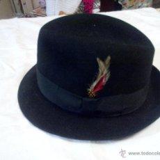 Antigüedades: SOMBRERO DE CAZA. HATS IN THE BELFRY. HECHO A MANO.FIELTRO FORRADO Y CON PLUMAS.. Lote 49034230