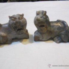 Antigüedades: 2 FIERAS TALLADAS EN PIEDRA. 7 X 5,5 CMS. ALTURA.. Lote 49052854