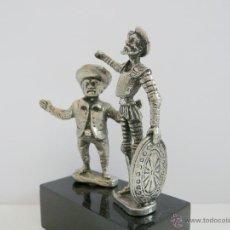 Antigüedades: ANTIGUA FIGURA DON QUIJOTE Y SANCHO PANZA - METAL PLATEADO CON PEANA PLASTICO. Lote 49062320