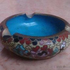 Antigüedades: CENICERO ANTIGUO CHINO EN BRONCE Y CLOISONNE CON MOTIVOS ORIENTALES .. Lote 49092484