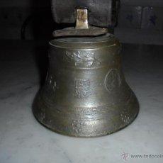 Antigüedades: ANTIGUA CAMPANA DE BRONCE GRABADA S.XVII-XVIII DIFERENTES MEDALLAS INICIALES FJP 16X15 CM.. Lote 49094624