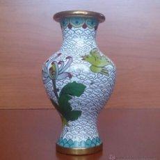 Antigüedades: JARRÓN ANTIGUO CHINO CON MOTIVOS ORIENTALES FLOR DE CRISANTEMO Y AVE EN CLOISONNE .. Lote 49121060