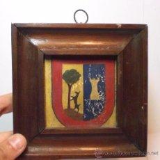 Antigüedades: ANTIGUO ESCUDO HERÁLDICO EN MINIATURA. S.XIX. PINTADA SOBRE PERGAMINO. Lote 49123222