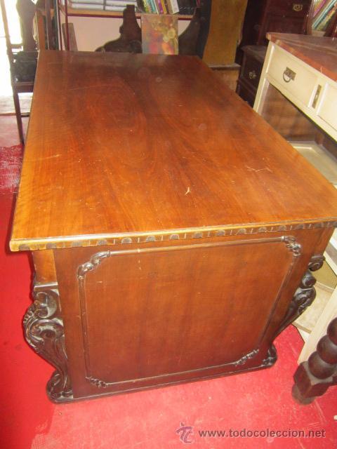 Antigüedades: Fantástica mesa de despacho con talla en las patas. Con sillón a juego - Foto 6 - 49127199