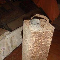 Antigüedades: ANTIGUA LATA DE TRANSPORTAR PETROLEO CON BROQUE DE METAL . AÑOS 40~. Lote 29296937
