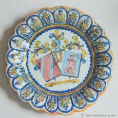 Antigüedades: PLATO CERAMICA TALAVERA ESCUDO HERALDICO SALGUERO - TORRES 36CM. Lote 49145623