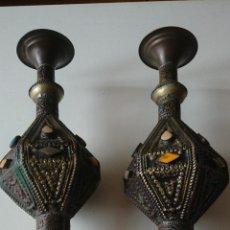 Antigüedades: PAREJA DE CANDELEROS DE ORIGEN ARABE, CON BONITAS INCRUSTACIONES Y DIBUJOS TROQUELADOS- 24X10 CM.. Lote 49174279
