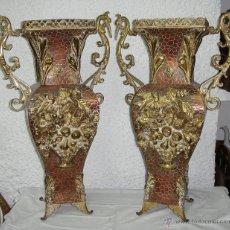 Antigüedades: BONITA PAREJA DE JARRONES DE COBRE. CON MOTIVOS FLORALES. S.XIX-XX.. Lote 49174609