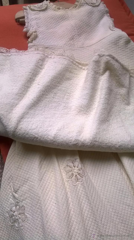Antigüedades: PRECIOSO FALDÓN - VESTIDO BEBÉ S.XIX. FALDÓN Y SOBREFALDÓN DE PIQUÉ CON CUERPO CRUZADO Y PUNTILLAS. - Foto 5 - 93758917
