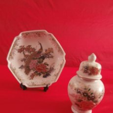 Antigüedades: PLATO Y JARRÓN CON TAPA (URNA O ÁNFORA) EN PORCELANA CON PAVO REAL Y FLORES, SELLADO MADE IN JAPON. Lote 49204898