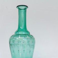 Antigüedades: ANTIGUA BOTELLA EN CRISTAL SOPLADO Y FLORES BLANCAS EN RELIEVE. Lote 49205787