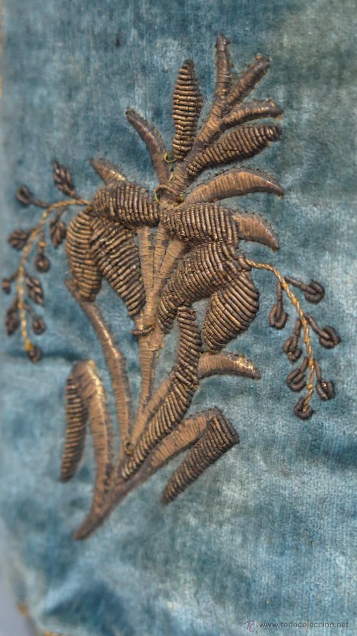 Antigüedades: MUY ANTIGUO MONEDERO O BOLSITO DE TERCIOPELO DE SEDA BORDADO EN HILO ORO Y PLATA. SIGLO XVII-XVIII - Foto 7 - 49213319
