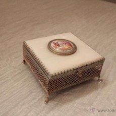 Antigüedades: CAJITA METÁLICA O JOYERO DE NACAR O IMITACIÓN Y MEDALLÓN DE PORCELANA 10X10CM, -REF3500-. Lote 49272343