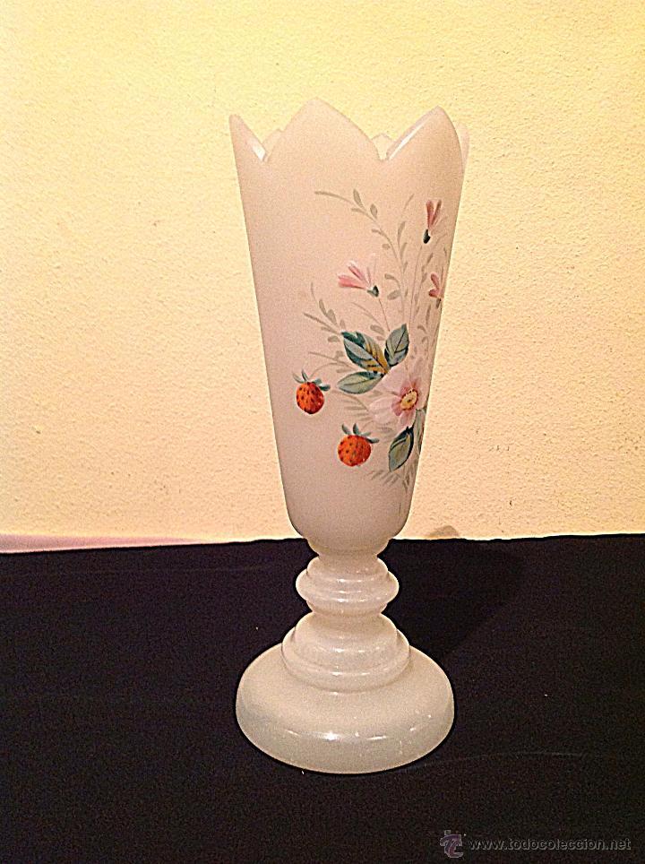Antigüedades: Antiguo Jarrón Isabelino de opalina blanco con flores de época - Foto 2 - 49305375
