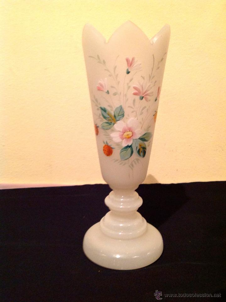 Antigüedades: Antiguo Jarrón Isabelino de opalina blanco con flores de época - Foto 3 - 49305375