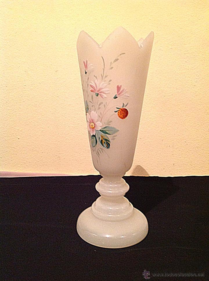 Antigüedades: Antiguo Jarrón Isabelino de opalina blanco con flores de época - Foto 4 - 49305375