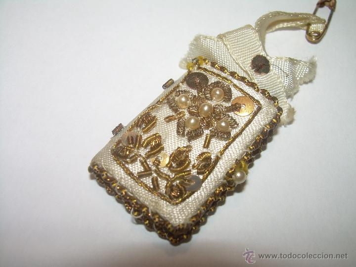 ANTIGUO ESCAPULARIO BORDADO CON HILO DE ORO...Y... LIBRITO DE CUATRO EVANGELIOS. (Antigüedades - Religiosas - Escapularios Antiguos)
