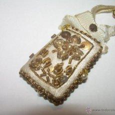 Antigüedades: ANTIGUO ESCAPULARIO BORDADO CON HILO DE ORO...Y... LIBRITO DE CUATRO EVANGELIOS.. Lote 49355318