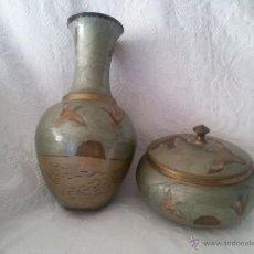 Antigüedades: ANTIGUO CONJUNTO DE BRONCE Y ESMALTE-JARRÓN Y BOMBONERA. Lote 49370201