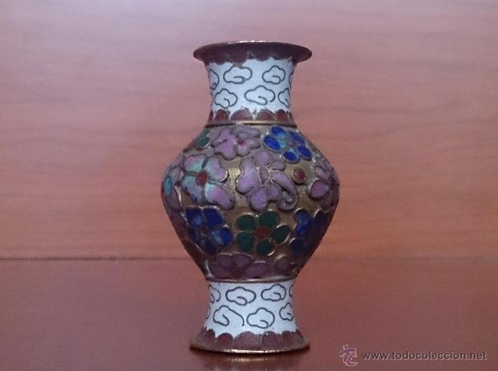 Antigüedades: Jarroncito antiguo Chino en bronce y esmaltes cloisonné con motivos florales . - Foto 2 - 49374487