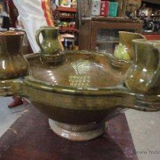 Antigüedades: GRAN PLATO O CUENCO, CON 2 JARRITAS. EN BARRO VIDRIADO, MESÓN DE DON QUIJOTE -REF3500-. Lote 49420714