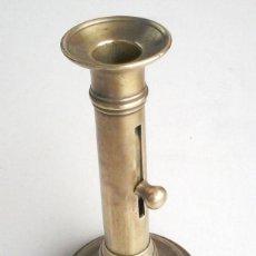 Antigüedades: ANTIGUO PORTA VELAS DE BRONCE. Lote 49423064