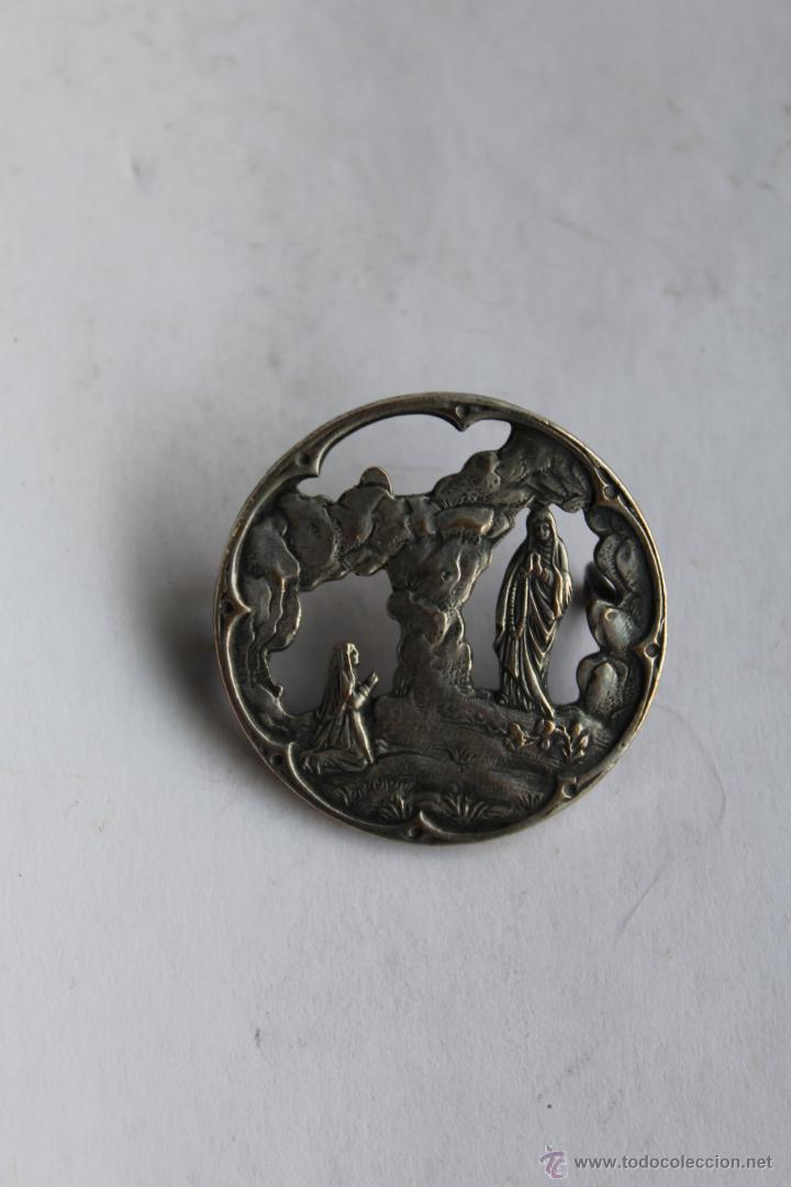 M- 374. ANTIGUO BROCHE DE LA VIRGEN DE LOURDES EN PLATA. (Antigüedades - Religiosas - Medallas Antiguas)