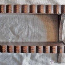 Antigüedades: ESTANTERIA DE CASTAÑO PARA MINIATURAS. Lote 49451380