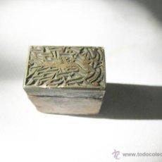 Antigüedades: ANTIGUO SELLO DE TINTA O TAMPON PARA TINTA CON UN EXTRAÑO DIBUJO O EXLIBRIS. PUEDE SER DEL CSIC.. Lote 49458545