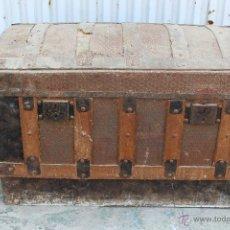 Antigüedades: BAUL ANTIGUO EN MADERA Y CHAPA. Lote 49479145