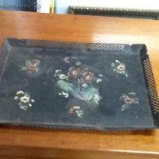 Antigüedades: BANDEJA ISABELINA CON FLORES PINTADAS A MANO.. Lote 49486836