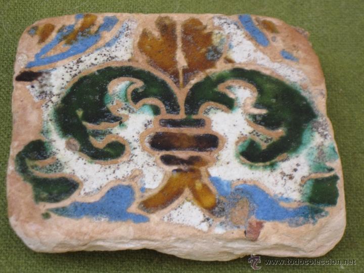 AZULEJO ANTIGUO EN TECNICA DE ARISTA - SEVILLA / TRIANA. SIGLO XVI. (Antigüedades - Porcelanas y Cerámicas - Triana)
