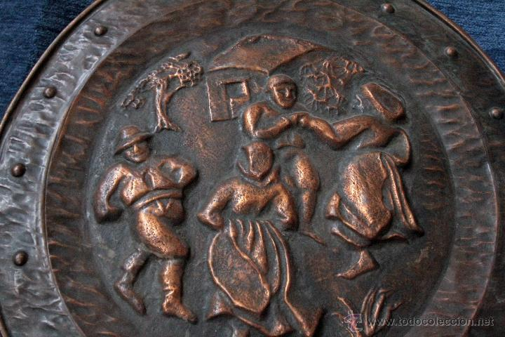 ANTIGUO PLATO EN METAL REPUJADO, PARA COLGAR S.XIX (Antigüedades - Hogar y Decoración - Platos Antiguos)