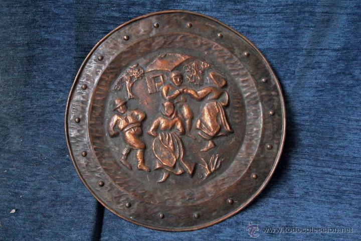 Antigüedades: ANTIGUO PLATO EN METAL REPUJADO, PARA COLGAR S.XIX - Foto 2 - 49509965