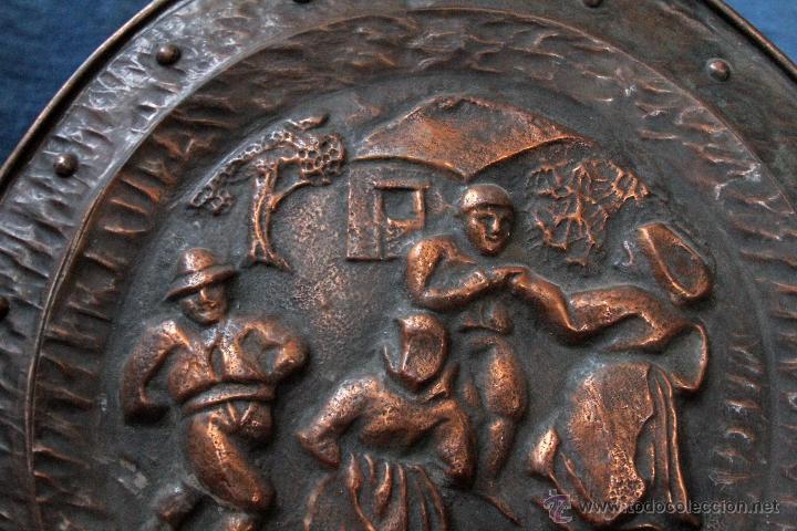 Antigüedades: ANTIGUO PLATO EN METAL REPUJADO, PARA COLGAR S.XIX - Foto 3 - 49509965