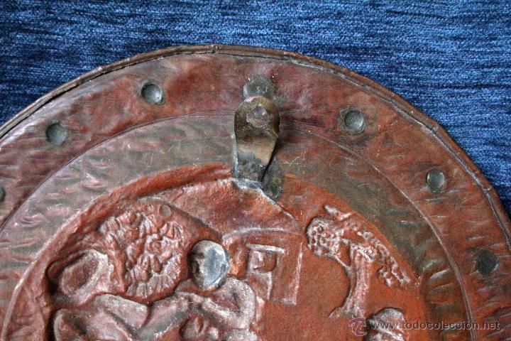 Antigüedades: ANTIGUO PLATO EN METAL REPUJADO, PARA COLGAR S.XIX - Foto 4 - 49509965
