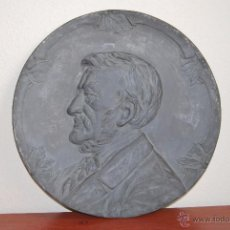 Antigüedades: PLATO DECORATIVO METAL - KAYSERZINN - WAGNER - ART NOUVEAU - MODERNISMO - MEDALLA - MEDALLÓN - 47 CM. Lote 49539276