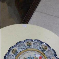 Antigüedades: ANTIGUO PLATO DE CERÁMICA TALAVERA MAVE N-25 NUMERADA EN LA BASE DE 26 CM DE DIÁMETRO. Lote 105785470