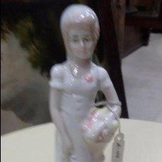 Antigüedades: FIGURA DE SEÑORITA CON CESTO DE FLORES DE 19.5 CM DE ALTURA. Lote 49549112