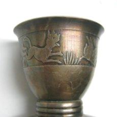 Antigüedades: ANTIGUA HUEVERA CON BELLAS ESCENAS CINCELADAS DE GATOS Y POLLITOS. Lote 49549415