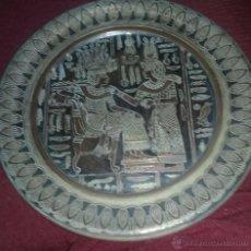 Antigüedades: PLATO DE COBRE O LATON CON MOTIVO EGIPCIO. FABRICADO EN EGIPTO.. Lote 49565683