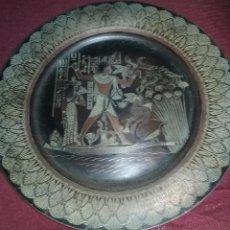 Antigüedades: PLATO DE COBRE O LATON CON MOTIVO EGIPCIO. FABRICADO EN EGIPTO.. Lote 49565694