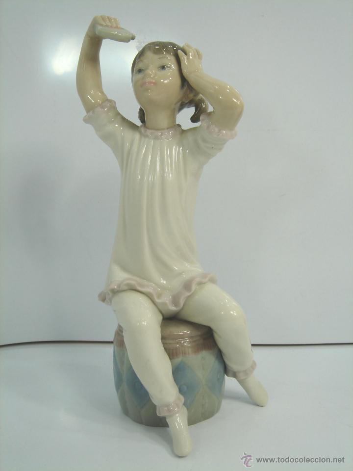 FIGURA PORCELANA - LLADRO BRILLO - NIÑA PIJAMA PERFUMANDOSE - 22 CMS - 1971 1985 CHAMPU (Antigüedades - Porcelanas y Cerámicas - Lladró)
