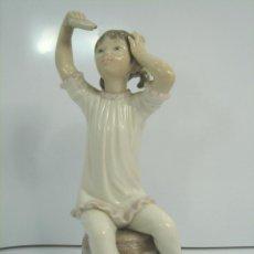 Antigüedades: FIGURA PORCELANA - LLADRO BRILLO - NIÑA PIJAMA PERFUMANDOSE - 22 CMS - 1971 1985 CHAMPU. Lote 49571909