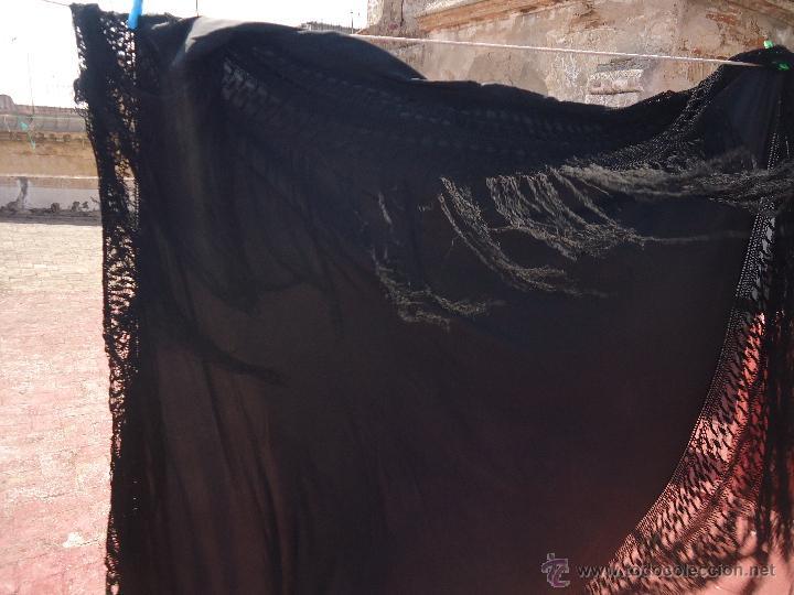 Antigüedades: ANTIGUO GRAN TAMAÑO MANTON NO BORDADO NEGRO CON ESPECTACULARES FLECOS REDECILLA 130 +60+60 - Foto 11 - 49577632